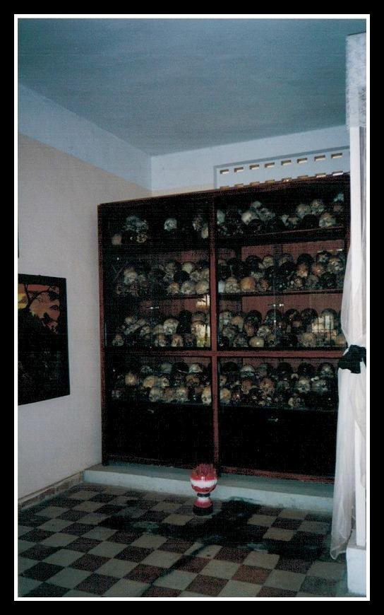 Kambodscha Phnom Penh S21 Genozid Museum Schädelvitirine