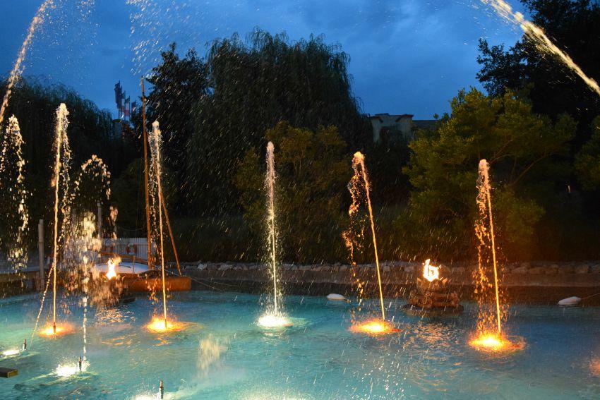 Europapark Hotel Bell Rock Wasserspiel abends