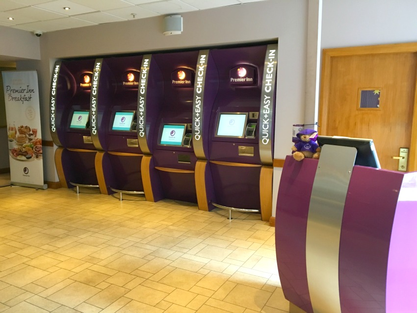 Premier Inn London County Hall Rezeption und Check-in Automaten