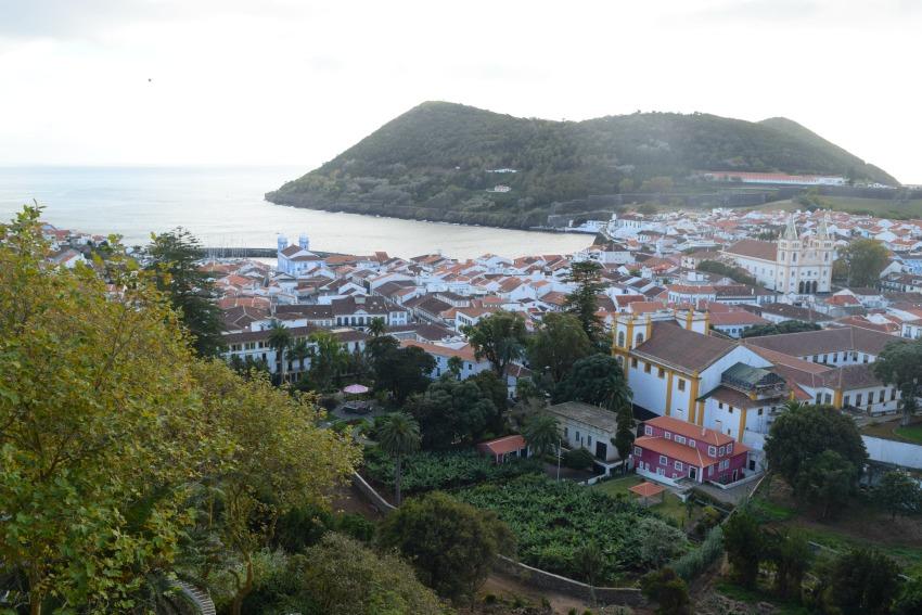 Azoren Unterwegs auf Terceira Blick auf Angra do Heroísmo