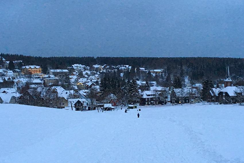 Rodeln im Harz Abenddämmerung auf der Skiwiese