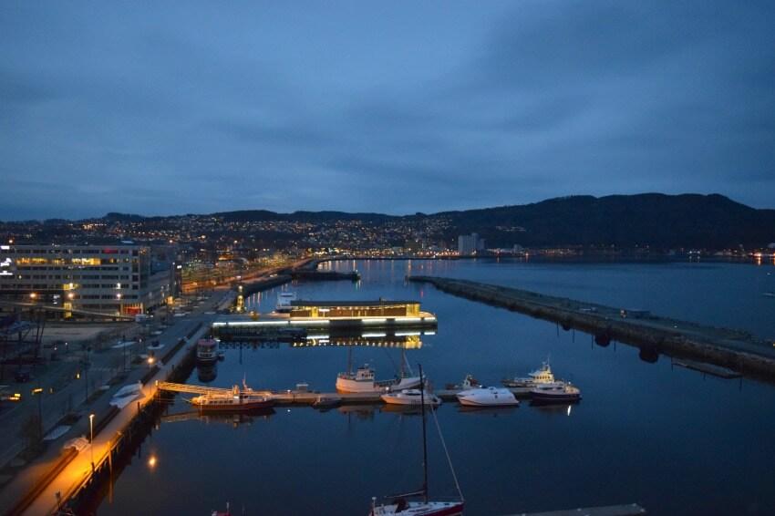 Norwegen - Trondheim Hafen bei Nacht