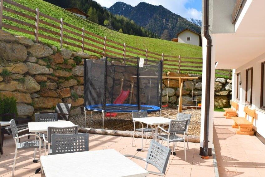 Hotel Almina im Jaufental Kleiner Spielplatz und Terrasse